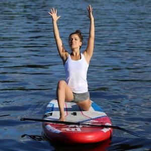 Erlebe eine außergewöhnliche Yogastunde auf dem Wasser mit Mady