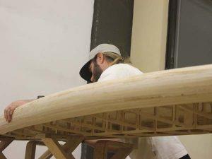 Holz SUP Boardbau Workshop - Unterdeck schleifen