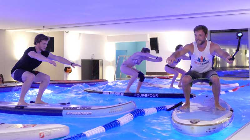 SUP Fitness im Winter im Pool des Clays Fitnessstudio